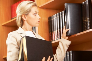 אישה בחיפוש בספרייה