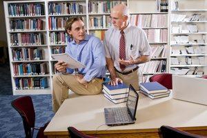 מרצה וסטודנט בספרייה