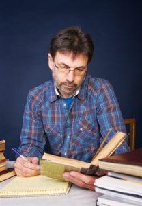 חוקר קורא ספר